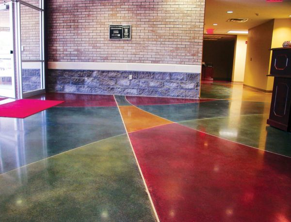Разноцветное полиуретановое покрытие в общественном месте