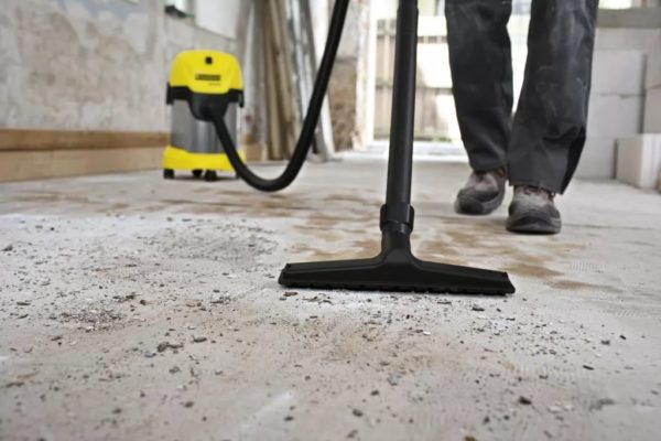 Крупный мусор можно удалить при помощи мощного строительного пылесоса