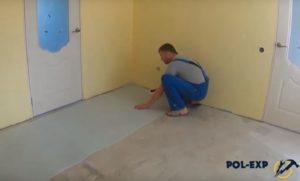 Рулон раскатывается вдоль стены