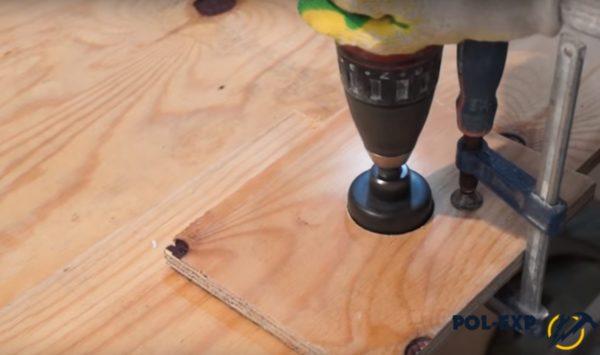 С помощью шаблона вырезаются кружочки одного диаметра