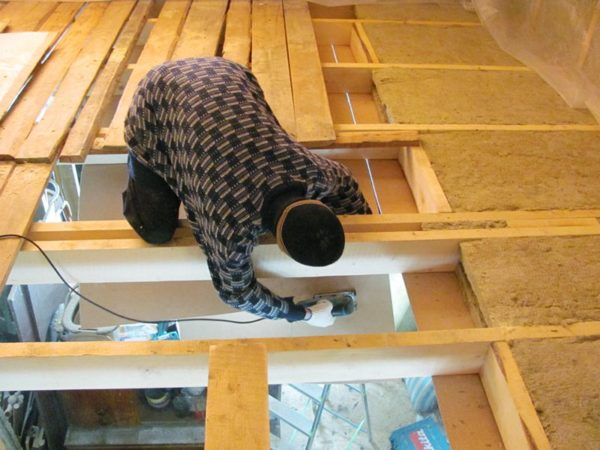 Теплоизоляция пола улучшит температурные показатели в комнате на втором этаже
