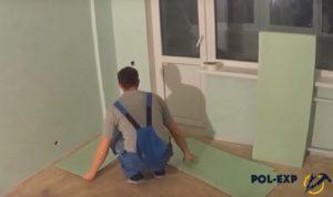 Укладка хвойной подложки на очищенный пол