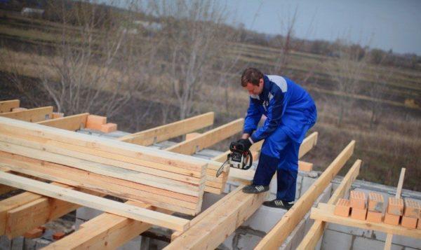 Установка несущих балок чаще всего производится на этапе возведения стен здания