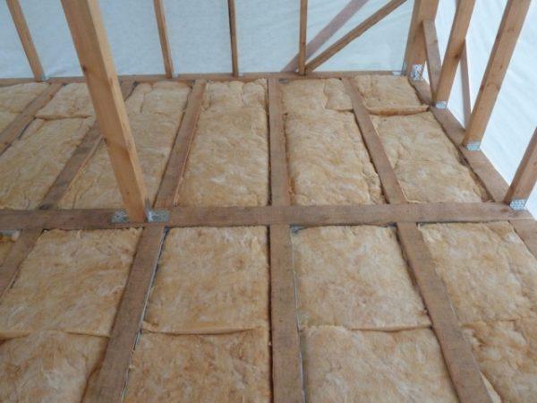Утепление пола второго этажа в деревянном доме с помощью минваты – быстрый и простой процесс, важно укладывать материал максимально плотно