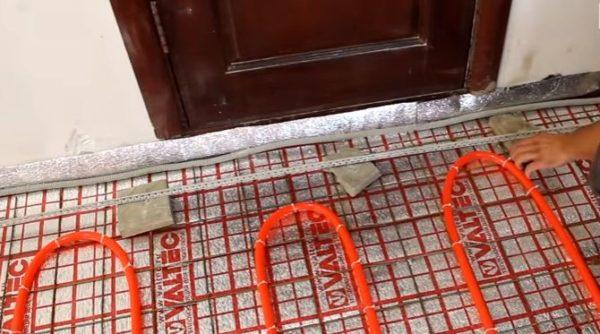 В качестве подкладок под маяки используют куски тротуарной плитки
