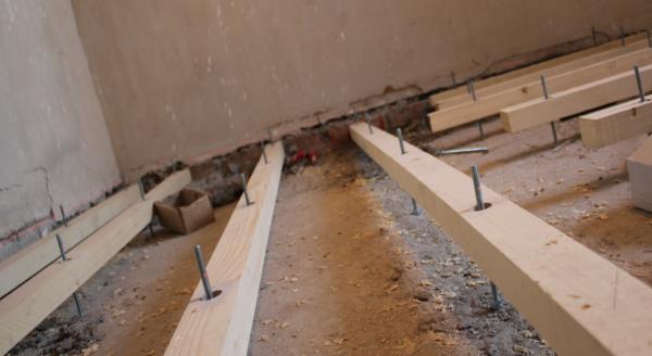 Монтаж лаг на бетонное основание на регулируемые опоры