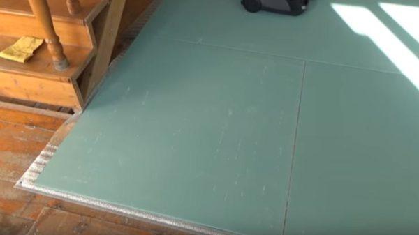 Сверху на подложку укладывают плиты ГВЛ, смещая стыки в шахматном порядке