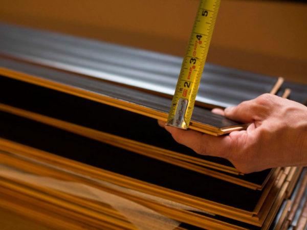 Толщина ламелей варьируется в пределах 4-12 мм, поэтому ламинат нельзя подвергать нагрузкам на изгиб