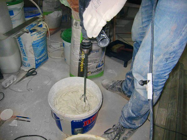 Приготовление раствора при помощи специального инструмента-миксера
