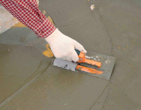 Шпаклевку распределяют равномерно по всей поверхности