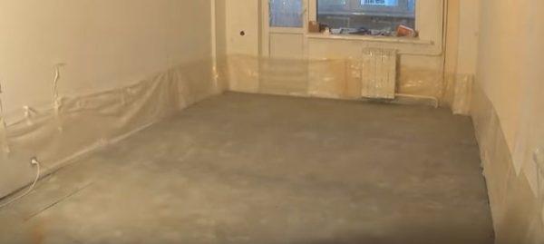 Нижнюю часть стен по периметру закрывают пленкой