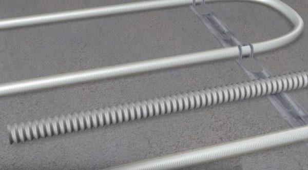 Датчик должен размещаться в гофрированной трубке, расположенной на равном расстоянии между двумя витками нагревательного кабеля