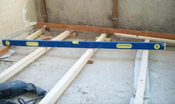 Проверить ровность лаг можно при помощи строительного уровня