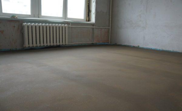 Гладкая поверхность правильно залитого бетонного пола позволяет без проблем уложить любое финишное покрытие