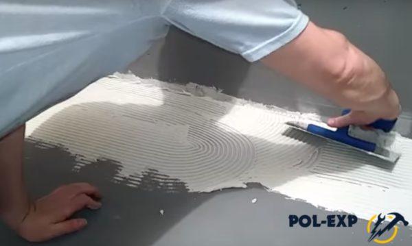 Разравнивание плиточного клея