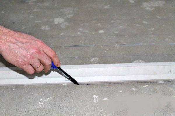 На поверхности пола нужно сделать разметку под трубы водяного контура