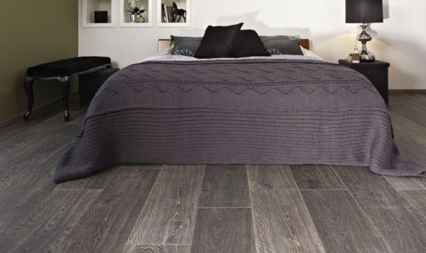 Оттенок ламината в спальне поддержан текстилем, элементами декора и обстановки, в которых присутствует пепельный цвет