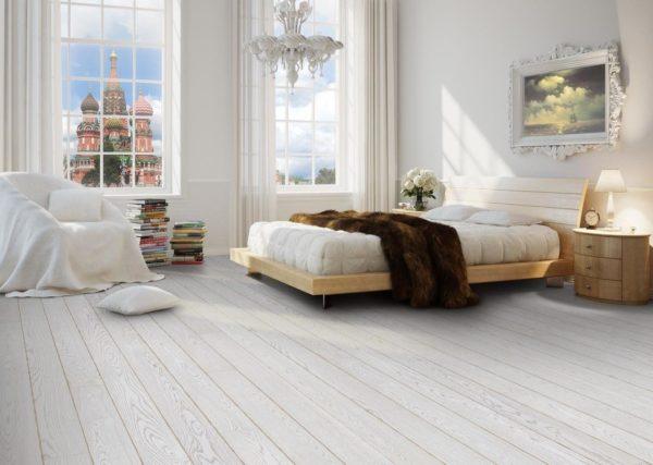Светло-серый, практически белый пол в спальне с большими окнами позволяет достичь легкости и прозрачности интерьера спальни