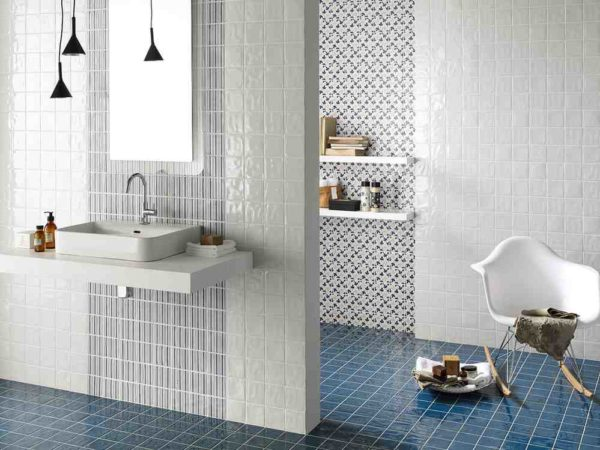 Мелка плитка в интерьере ванной