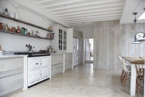 Ламинат на стене в интерьере кухни - фото