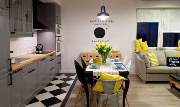 На кухне пол - плитка и ламинат