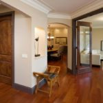 Светлые двери и светлый пол в интерьере отлично сочетаются и открывают простор для творчества в создании уютной и современной обстановки