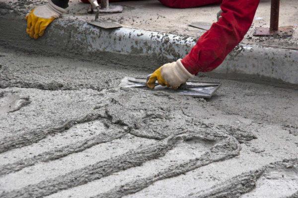 Цементная стяжка имеет свои минусы