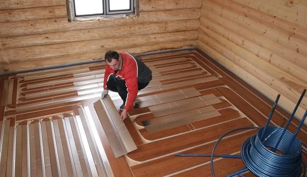 Углубления под трубы можно сделать в деревянном полу