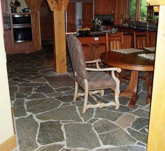 Летняя кухня с каменными полами
