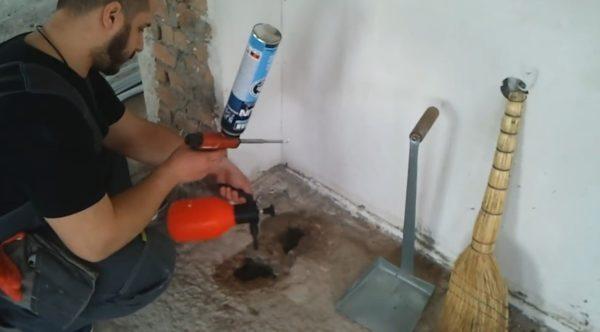 Шаг 1 – смочить бетон