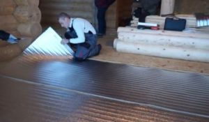 Шаг 2 – укладка фольгированной теплоизоляции