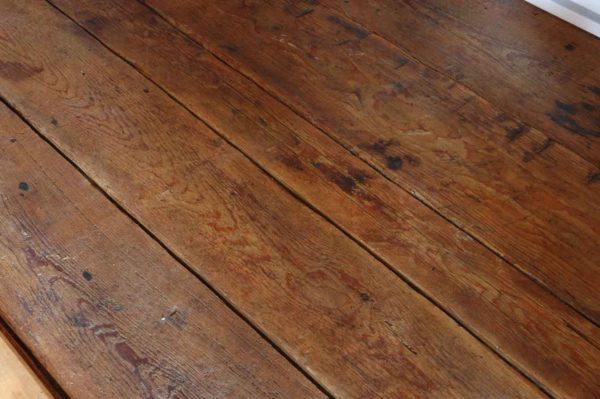 Старый, но все еще надежный деревянный пол