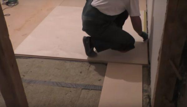 Между фанерой и стеной должен быть небольшой зазор