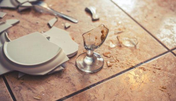 Разбитая о пол посуда может повредить глазурь плитки