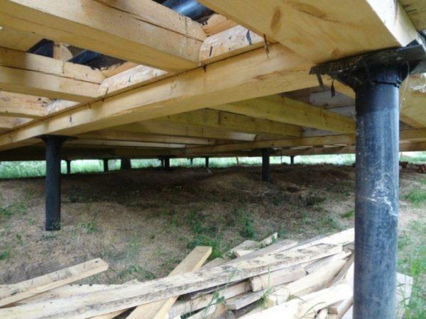 Основа пола в доме на сваях – деревянный каркас