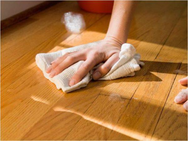 Помойте пол водой с уксусом