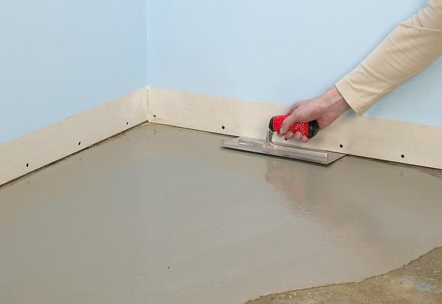 Как выровнять бетонный пол цементной, сухой или наливной смесью