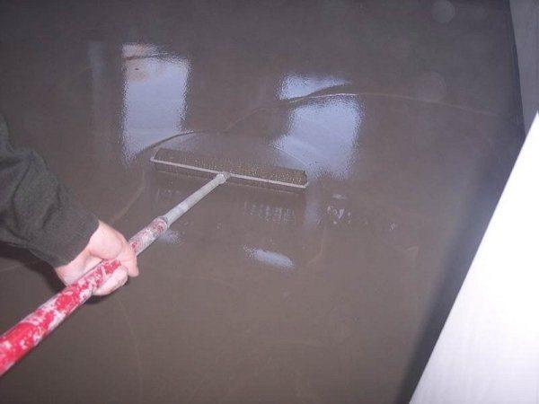 На фото - игольчатый валик для выравнивания наливного пола