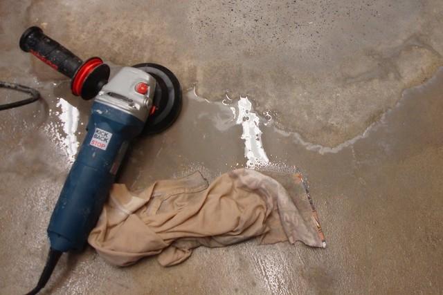 Шлифовка бетонного пола – весьма сложная и «грязная» операция.