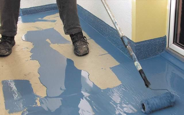 Окрашивать поверхность пола можно и по методу «разгона разлитых лужиц»