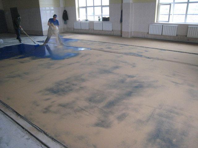 Нанесение слоя песка на свежевыкрашенную поверхность.
