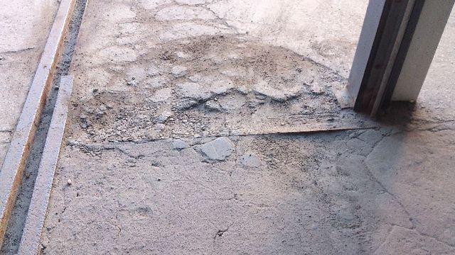 Вот во что может превратиться бетонный пол, не имеющий никакой защиты от внешнего влияния.
