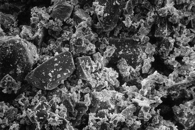 Бетон под микроскопом – хорошо видна разнородная, выраженно пористая структура конгломерата.