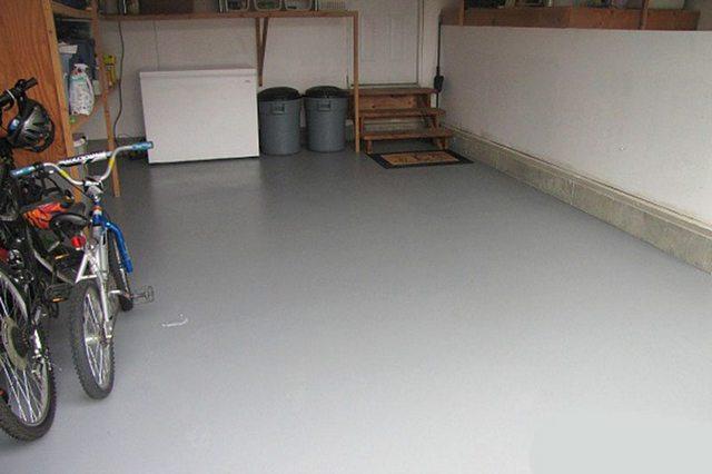Согласитесь, что, например, в гараже с окрашенным бетонным полом и работать будет намного комфортнее, чем на «голой» пылящей поверхности.