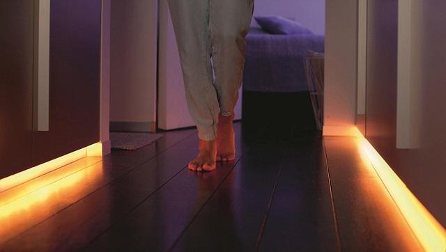 Светящиеся плинтусы со светодиодными лентами