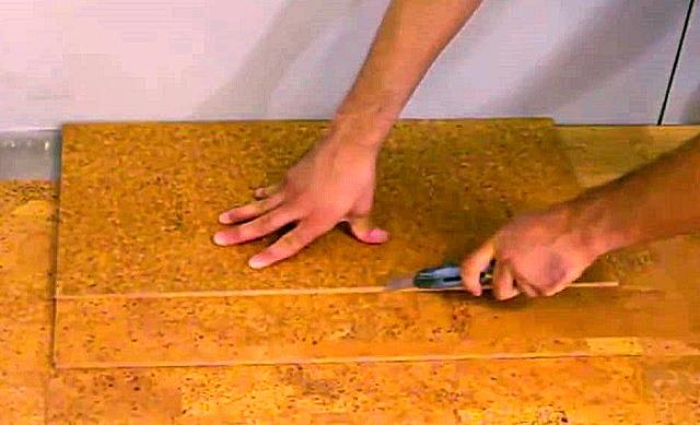 Вместо линейки, для поддержания ровной линии можно использовать ровную сторону другой плиты или же деревянного бруска