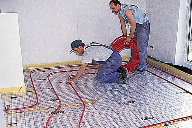 Согласитесь, что когда на поверхности пола будет подобная «координатная сетка», укладывать трубы станет намного проще.