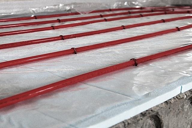 Теплый пол монтируется по слою уложенных обычных пенопластовых плит. Доступно и дешево, но слишком много недостатков.