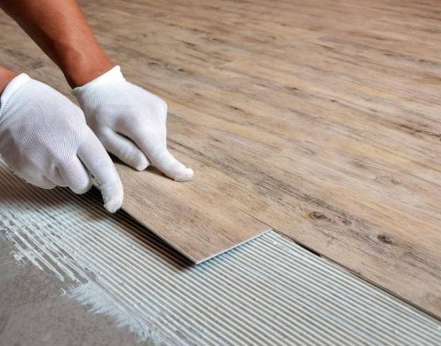 Монтаж виниловой плитки на клей, нанесенный на основание