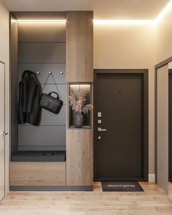 Плитка, которая по виду напоминает ламинат, популярный выбор. Так как помогает создать гармоничный интерьер и визуально объединить прихожую с другими комнатами